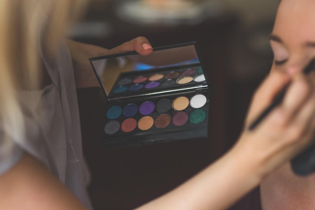 maquillaje-mujer-en-ojos