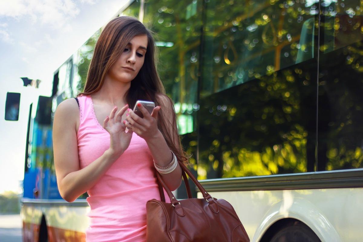 mujer-reservando-desde-celular